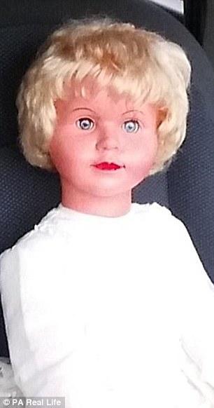據說,佩姬這個洋娃娃,是被一名在1946年於倫敦出生的女人給附身,當時她是因為類似哮喘的胸腔相關症狀而死亡,據說她也相當討厭小丑。