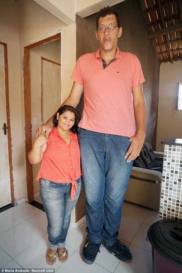 這名233公分的巴西男子一生因身高自卑,直到碰見到比他矮91公分的她...