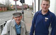 這名年輕18歲超市店員牽著一名95歲老先生購物後回家的照片造成網路大轟動。