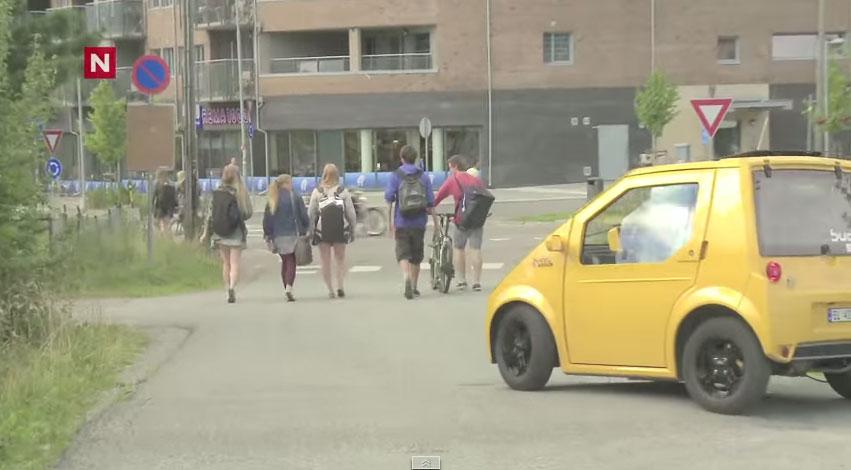 他們在這台無聲電動車上裝了超大聲喇叭,然後神不知鬼不覺得開到路人的身後...