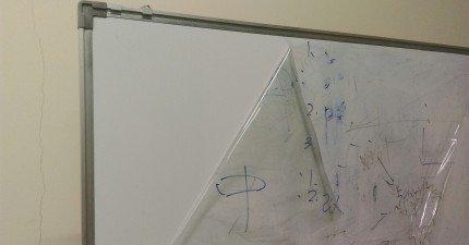 這名網友本來準備要把髒到不行的白板丟掉,但忽然在右上角發現到一小行字。我笑到在地上打滾...