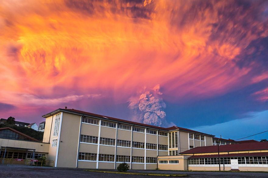 智利的卡爾布科火山發威時,攝影師捕捉到這16張看似末日的恐怖奇景!