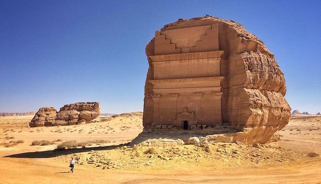 2000年後,終於有人找到這個在鳥不生蛋的阿拉伯沙漠之中的驚世城堡。