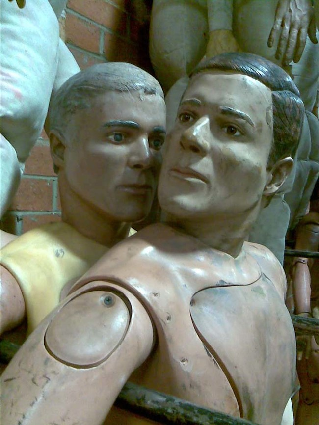 網友上傳了這一系列人體倉庫的照片...其中居然還有喬治克隆尼!?