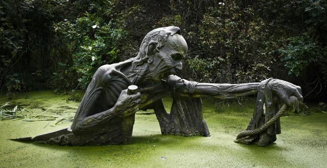這座位充滿驚悚的雕像公園,設置原因可是要為了讓你的人生更上一層樓啊!