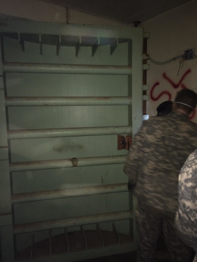 這群人在探險時發現到冷戰留下的導彈基地,裡頭牆上的文字真的太令人發毛了!
