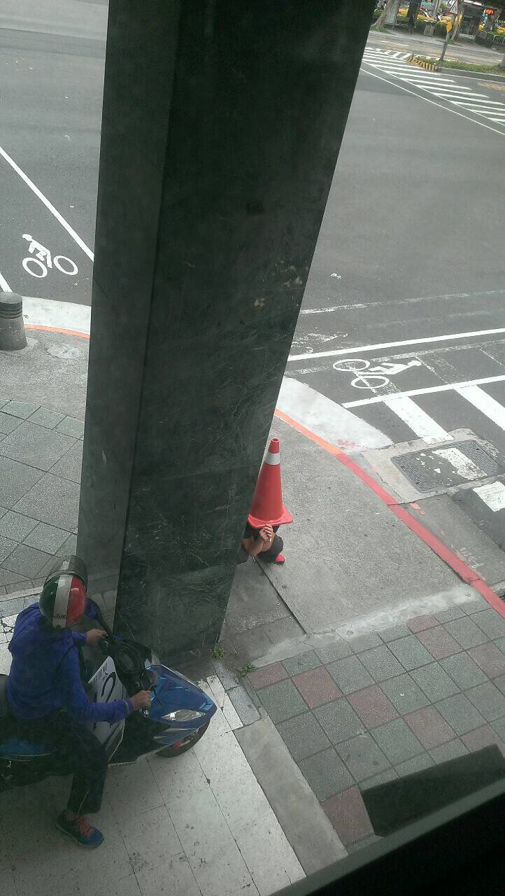 在萬安演習交通大管制時,一位網友直擊了路旁相當不尋常的畫面...