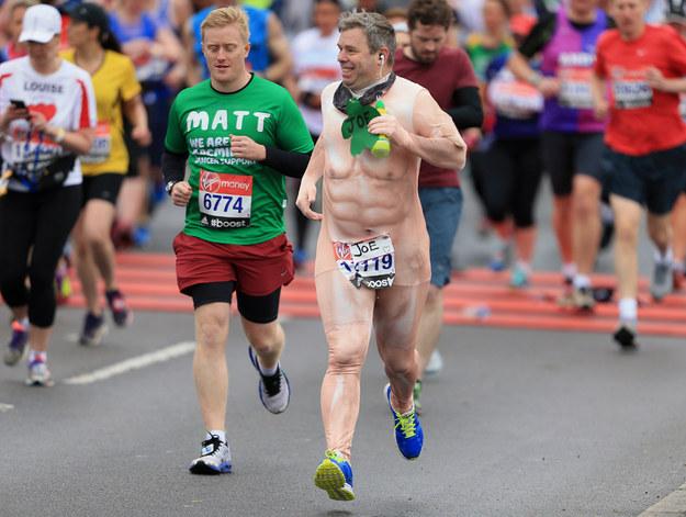 這17個人證明倫敦馬拉松比嘉年華還精采,背後的意義還不只有搞笑呢!