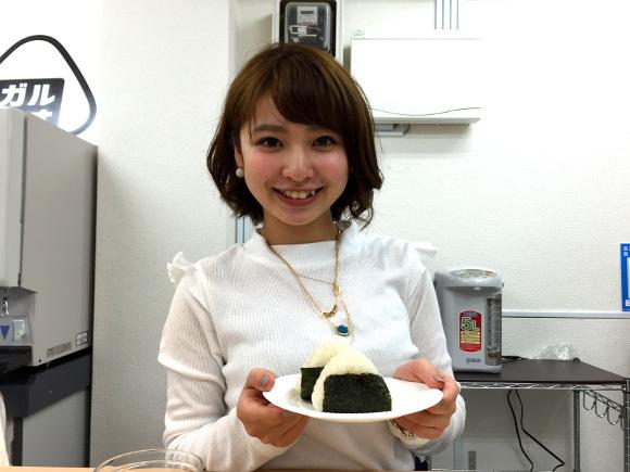 為了要緩解日本人的高壓力,這家咖啡廳首創推出了會讓你超紓壓的「正妹捏飯糰服務」。