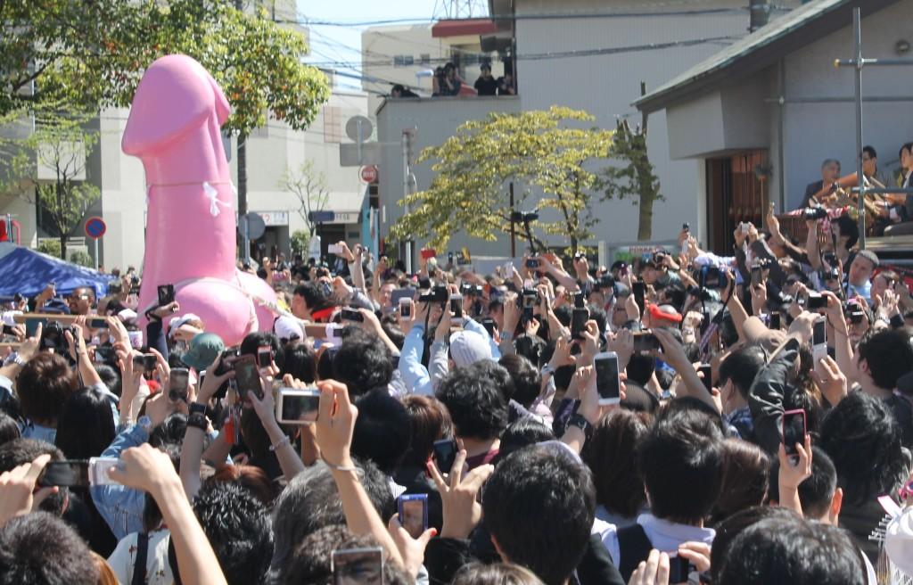 因為一個會吃陰莖的邪惡陰道傳說,日本川崎每年都有一天路上都會充斥著無數根陰莖!