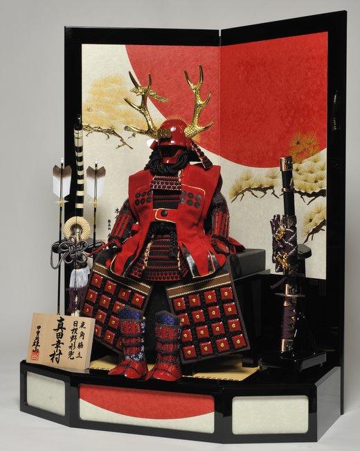 日本這個新節目絕對讓你大開眼界...穿著泳裝的模特兒穿上20公斤重的鎧甲,然後一件一件脫掉!