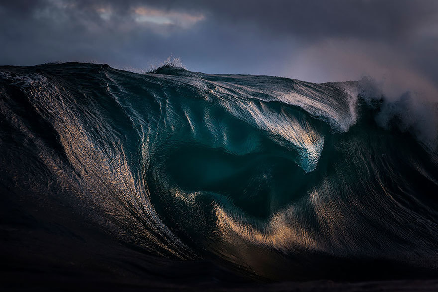 這名攝影師在幫衝浪的朋友拍照時,竟不小心拍到這些海裡的高山!