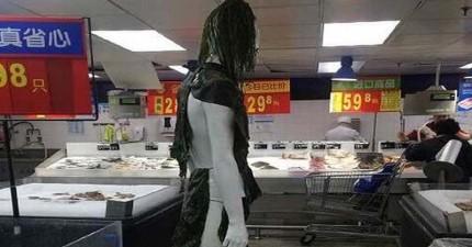超級市場請來新的模特兒助陣幫忙行銷,沒想到走近一看就後悔了!