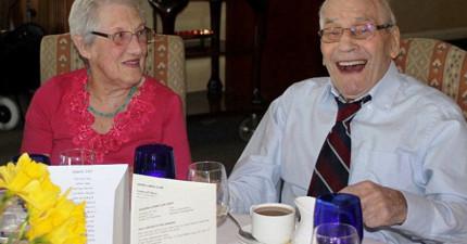 「我沒有下跪求婚因為我可能會站不起來!」這對103歲和91歲世界上最老的新郎新娘太可愛了!