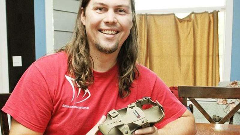 這名男子發明的神奇鞋子有望可以解救3億落後地區的孩子!