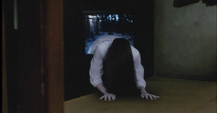 《七夜怪談》裡的小女生長大怎麼會正成這樣?!她如果從電視裡爬出來我會準備一朵玫瑰花等著她!
