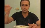 這個情聖雷恩·葛斯林吃玉米片的影片因為一個悲傷的原因在網路上竄紅。