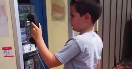 這男孩第一次看到公共電話回頭的超困惑表情,會讓你覺得自己真的真的老了!