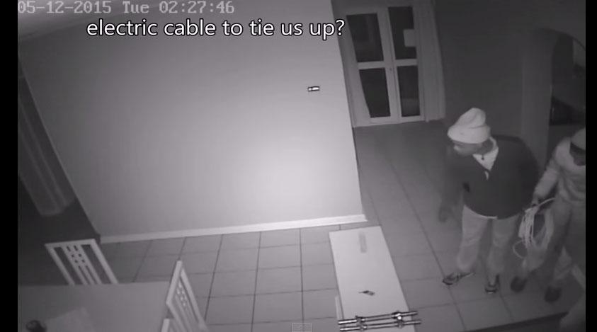 這個家中的閉路電視拍到3名搶匪衝進家中,和拿著手槍的39歲女屋主激戰。