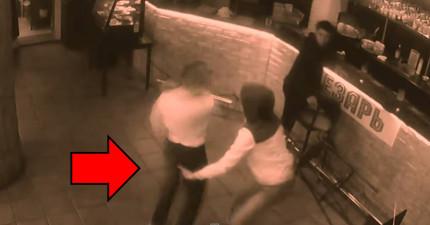 男子對女服務生伸出鹹豬手結果下一秒就趴在地上了...有人看清楚發生什麼事情了嗎?