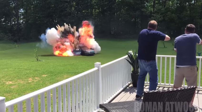 這個男生惡整外婆竟把她最愛的車子給炸毀,但到了影片最後知道原因時我感動到哭了!