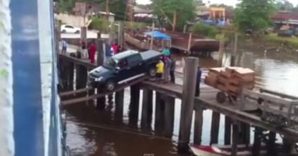 這支用超薄木板把車子運上船上的影片會讓你看得超坐立不安!
