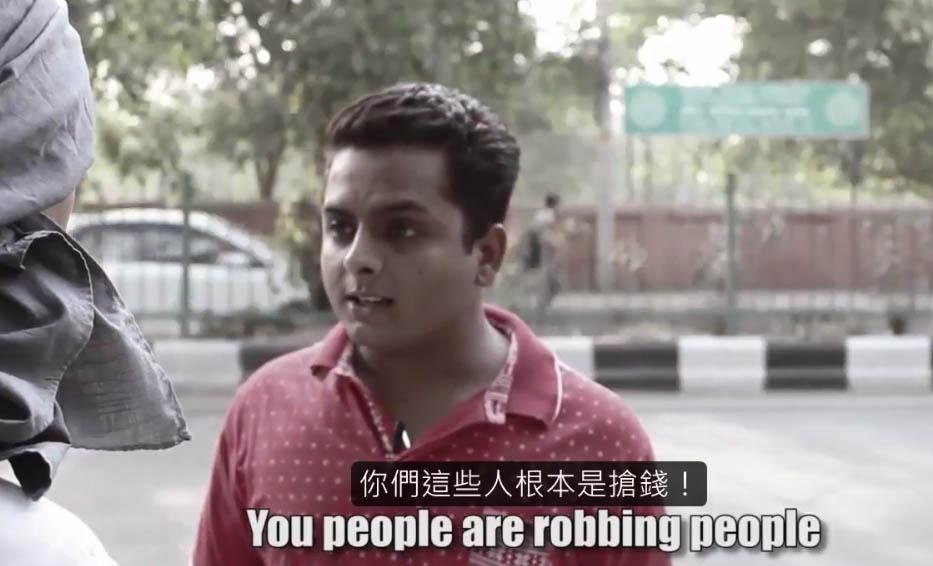 有錢人向窮攤販買椰子水殺價不成就羞辱,但窮人一句話讓他閉上了嘴。