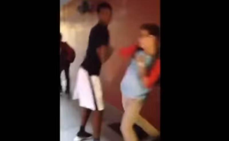 這名高大黑人原本想要威脅矮小同學,但下一秒情勢大逆轉讓他捂著臉離開。