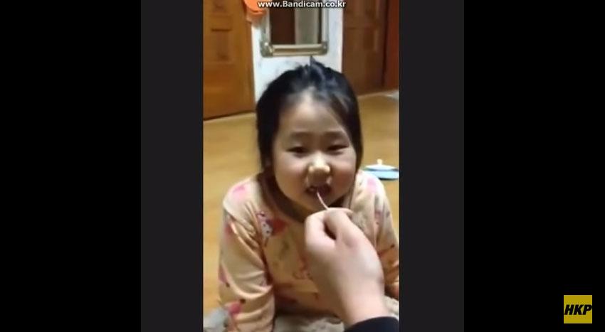 爸爸拔出女兒牙齒
