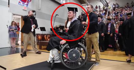 受傷癱瘓的他被判定只有3%機會再行走,但他領畢業證書時做的事情讓全場師生都鼓掌!