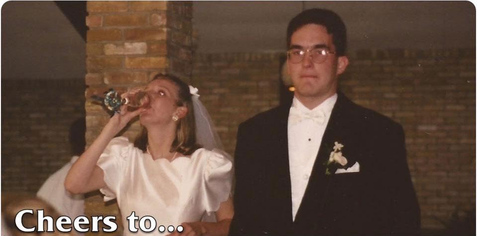 一名網友把他的朋友結婚時和結婚20年的對比照PO上網,兩張照片裡新郎的表情說明了一切。