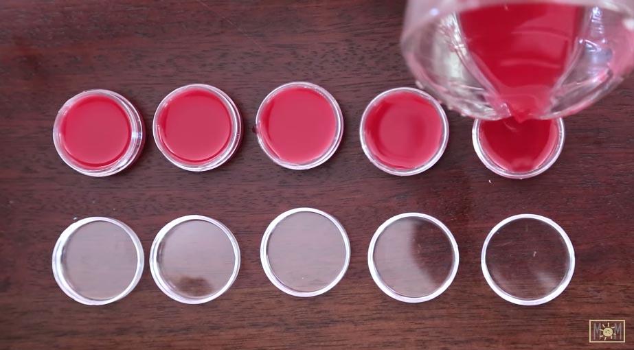 別再浪費錢買護唇膏了,5分鐘自己製作出最愛口味的護唇膏吧!