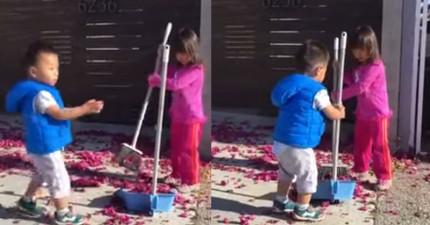 男童決定幫助姊姊一起打掃院子,但看到他接下來的行為...小朋友你還是去旁邊玩沙吧!