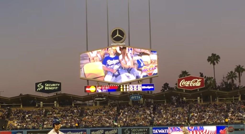 人們以為這對男士被「親親鏡頭」照到會尷尬地迴避,但他們接下來的舉動完全讓球迷高聲歡呼!