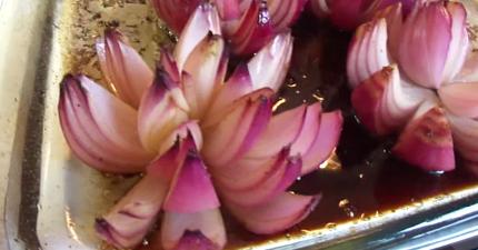 把油和醋倒到紅洋蔥上,就能做出最美麗可口的「蓮花」點心!