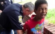 「再不聽話就要叫警察把你抓走哦!」史上第一個媽媽不只是空威脅,男童真的被抓走了...