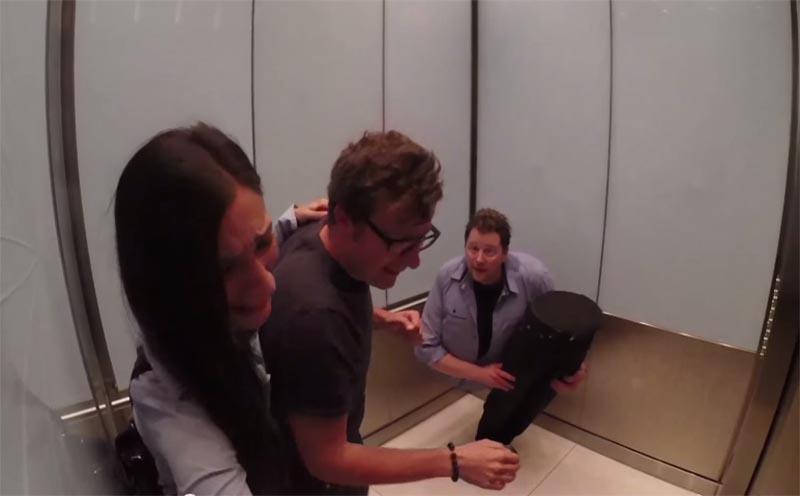 這些人進電梯看見一個男人,沒想到下一秒男子上身炸開整個變成一半!