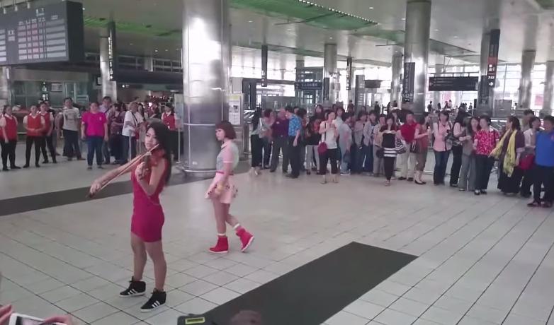 有人在母親節直擊了一名辣妹於高鐵站拉小提琴,接著一堆站員拉著手提箱進來...