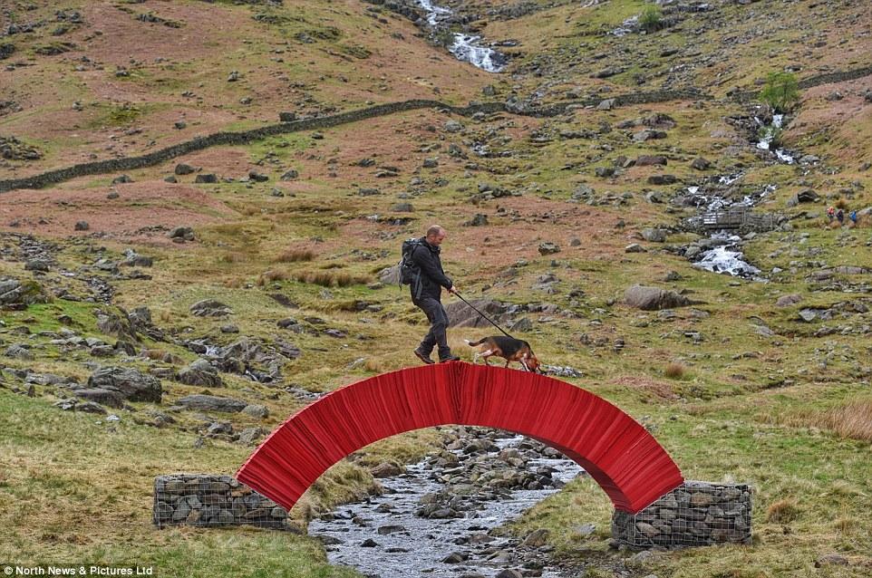 英國這座紅色的橋號稱比橡木橋還要牢固1倍,你不會相信是用多麼脆弱的材料建成的!