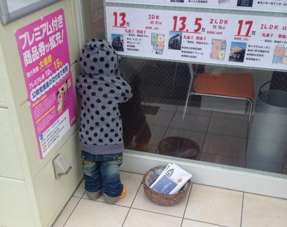 日本網友目擊了這位一直窺探店家的小孩,只是過了好久都沒有動靜叫了也沒回應...