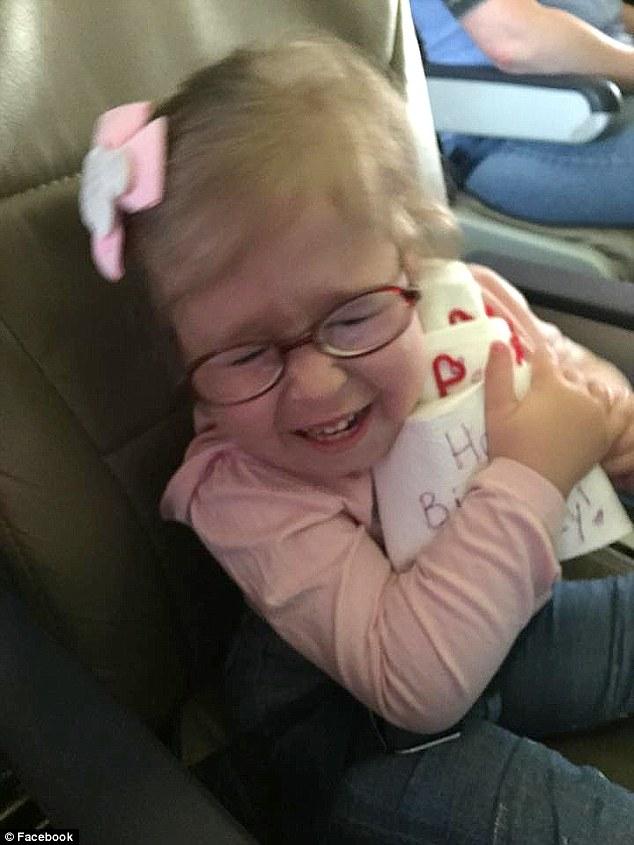 空服員得知機上有位特別的4歲小壽星,於是召集了所有乘客來給她難忘的感人驚喜!
