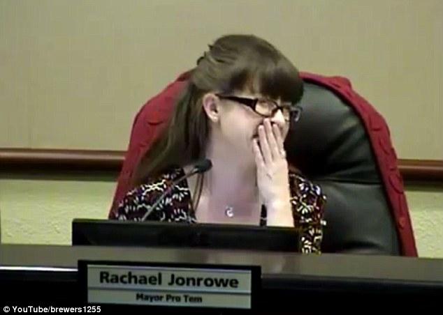 市長在會議離席上廁所但忘了關麥克風,陣陣水聲讓女議員實在HOLD不住了...