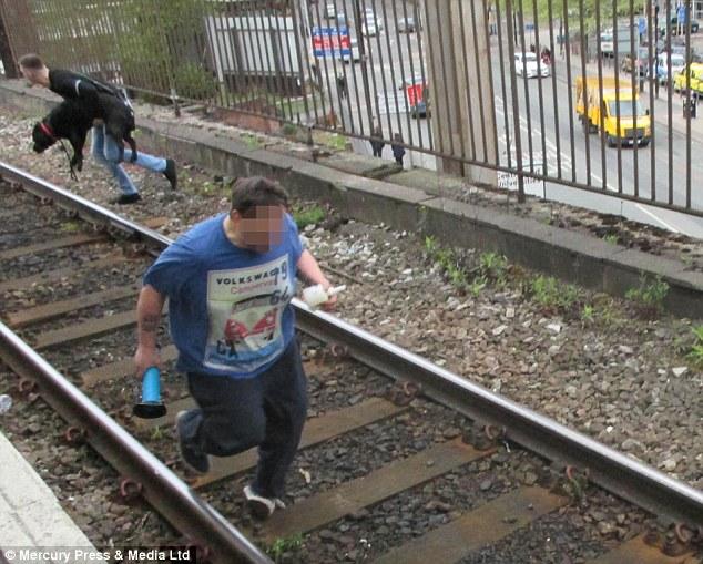 眼看火車就要將一隻狗狗和他的主人輾斃,一名愛狗人忽然衝向前...
