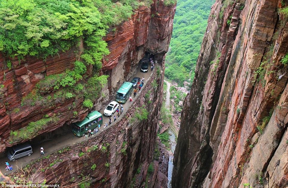 這就是通往「全世界最危險村落」的唯一道路,但山中秘景卻讓我願意冒生命危險!