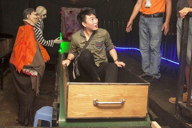 最恐怖的遊樂園「火葬場」遊戲,把活人送進火化爐中「出來後會重生」!