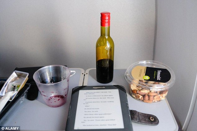 這就是為什麼你上飛機的時候不要輕易使用他們的小餐桌。