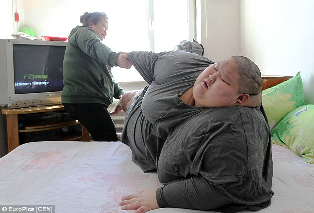 Her son Hanguin, who has the worst health of the two, weighs 250 kilos and cannot move off the bed