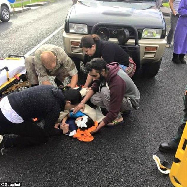 這位信徒在發現小男孩遭撞倒臥路邊,立刻解下了超嚴重其他信徒死都不會拿下的頭巾。