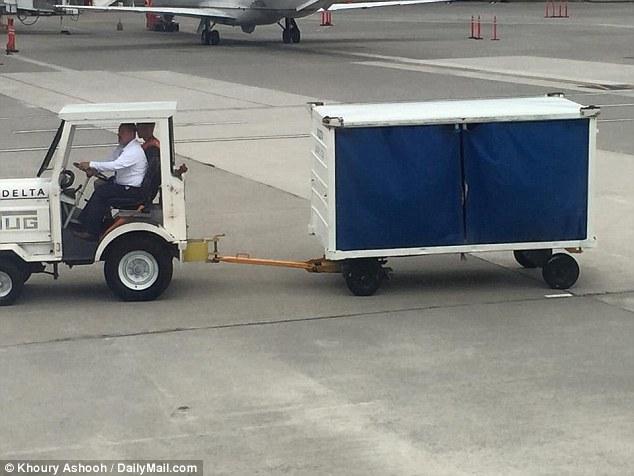 乘客因天氣因素而在機上苦等要抓狂,但機長叫了一台一整車的賄絡收買了每個乘客的心。