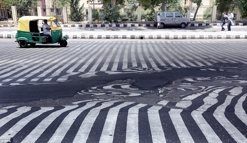 印度路上的這調色盤不是什麼藝術品,而是殺害超過千人的瘋狂熱浪。